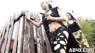 AD4X Deux lesbiennes pendant l'apocalypse